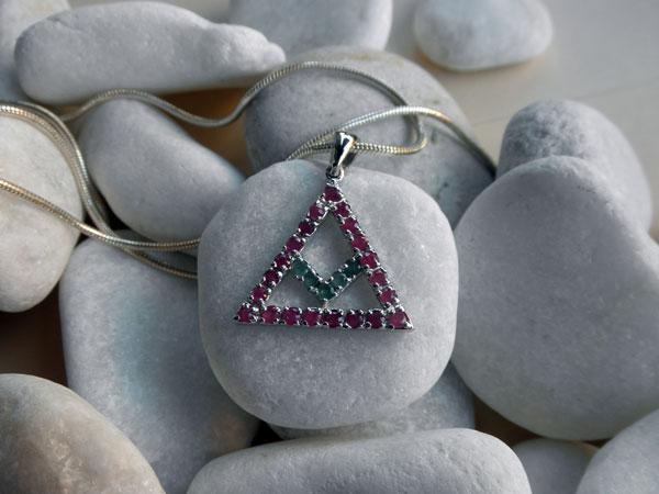 Colgante tradicional simbolico de plata, esmeraldas y rubis.. Ref. JWK