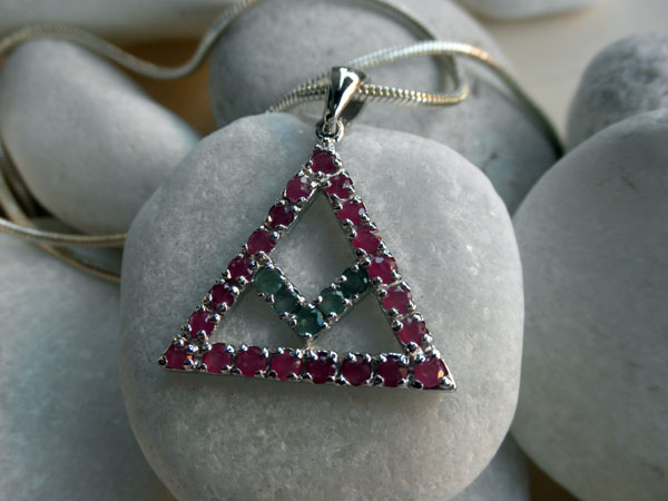 Traditional symbolic Sterling silver, Rubis and Emerald pendant.. Foto 2