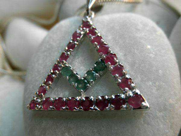 Colgante tradicional simbolico de plata, esmeraldas y rubis.. Foto 3