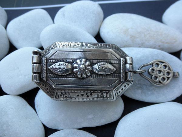 Antique ethnic tribal silver box from Rajhastan, India. Foto 1