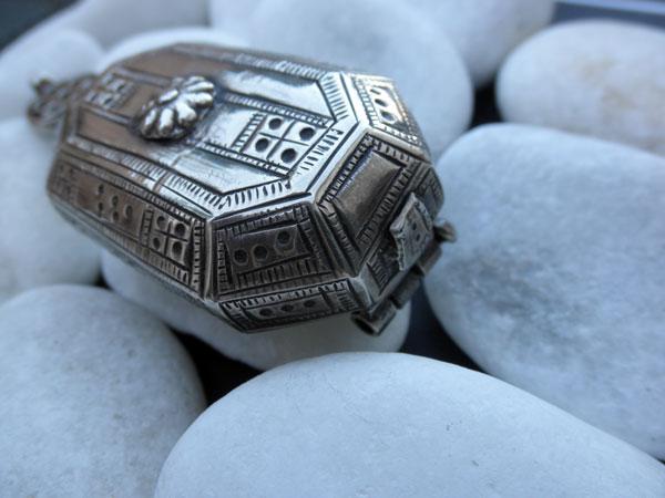 Antique ethnic tribal silver box from Rajhastan, India. Foto 2
