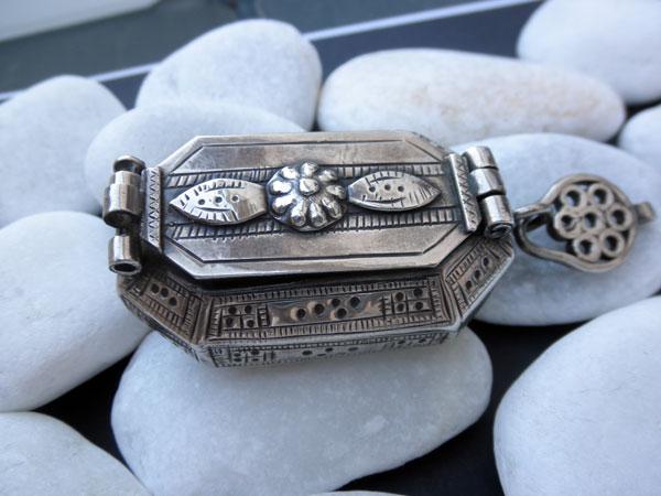 Antique ethnic tribal silver box from Rajhastan, India. Foto 3