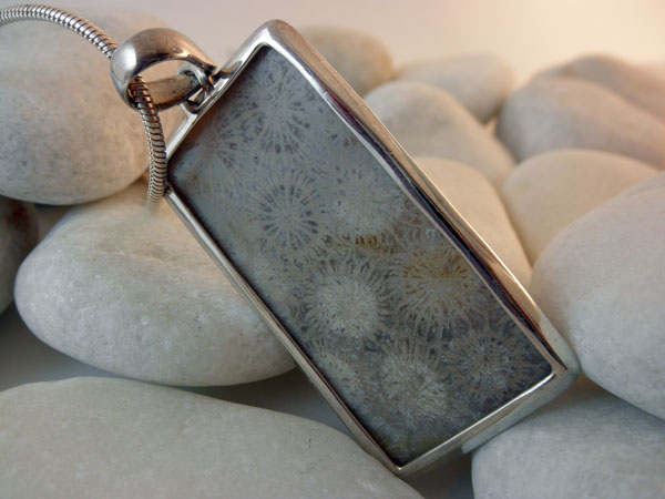 Colgante artesanal de plata y Fosil.. Foto 3