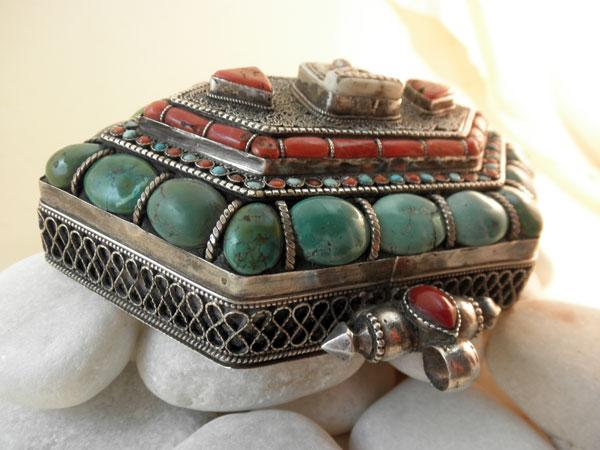 """Ga,u"". Silver, turquoises and coral pendant. Tibet. Foto 1"