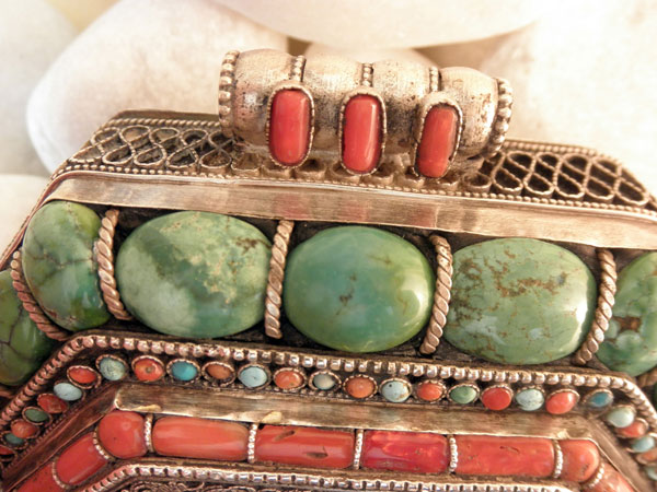 """Ga,u"". Silver, turquoises and coral pendant. Tibet. Foto 3"