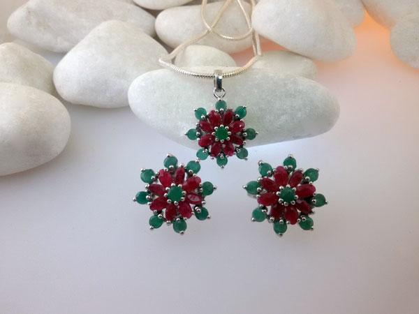 Conjunto de pendientes y colgante de plata con gemas de Rubis y Esmeraldas.. Foto 1