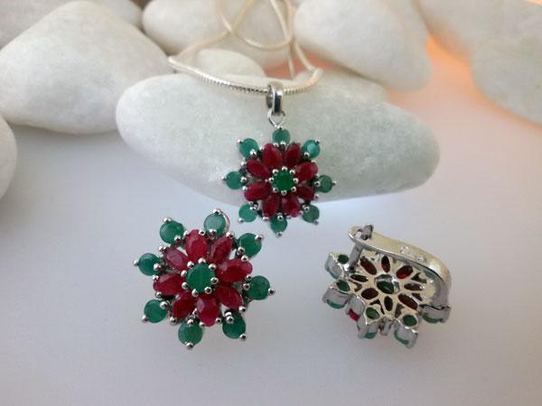 Conjunto de pendientes y colgante de plata con gemas de Rubis y Esmeraldas.. Foto 2