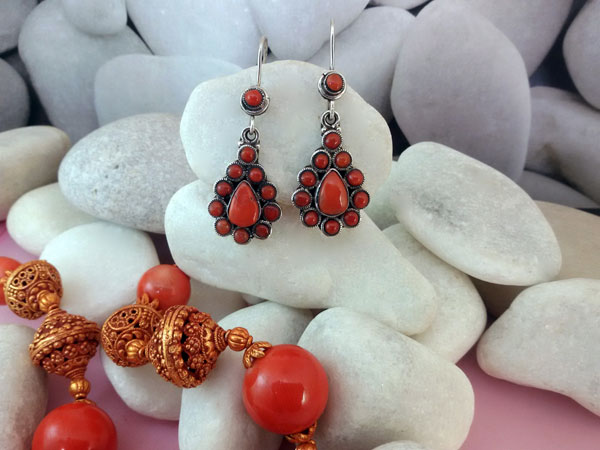 Tibetan sterling silver and coral ethnic earrings.. Foto 1