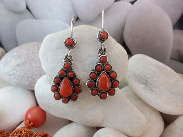 Tibetan sterling silver and coral ethnic earrings.. Foto 2
