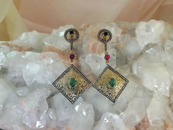 Pendientes Isabelinos con esmeraldas, rubi y zafiros.. Foto 1