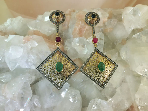 Pendientes Isabelinos con esmeraldas, rubi y zafiros.. Foto 2