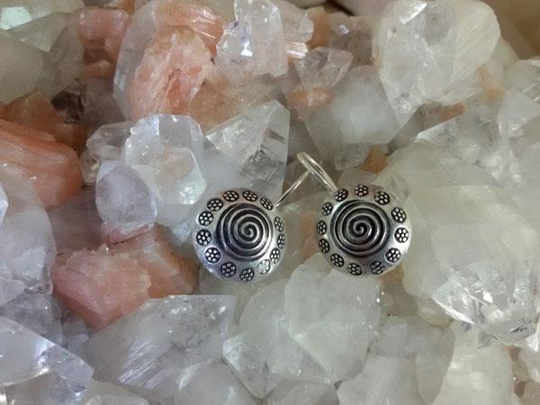 Pendientes etnicos artesanales elaborados en plata.. Foto 2