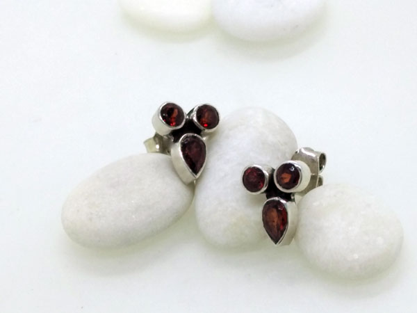 Ethnic Sterling silver and garnet earrings.. Foto 1