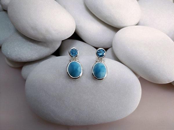 Pendientes artesanales de plata y gemas de Larimar y Topacio azul.. Foto 2