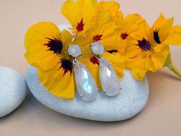 Pendientes de plata y gemas de Piedra de luna.. Foto 1