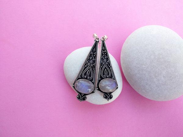 Pendientes artesanales de plata con gemas de Piedra de Luna.. Foto 1