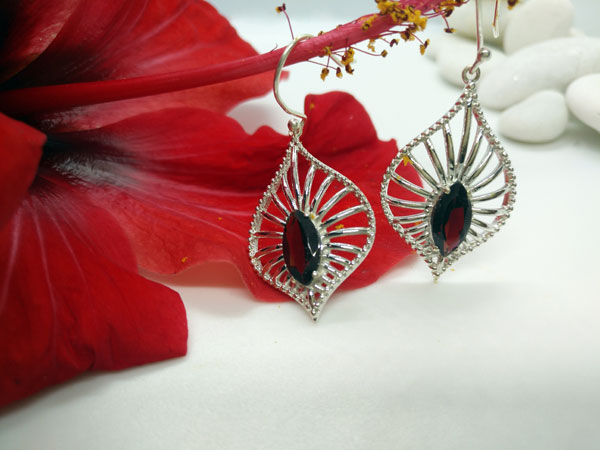 Ethnic earrings made of Sterling silver and Garnet gems.. Ref. MIP