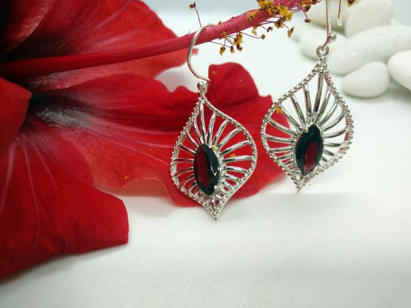 Pendientes etnicos artesanales de plata y gemas de Granate.. Foto 1