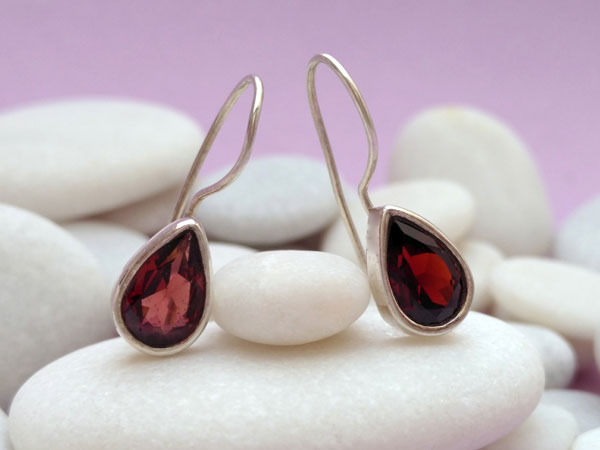 Garnet and Sterling silver ethnic earrings.. Foto 1