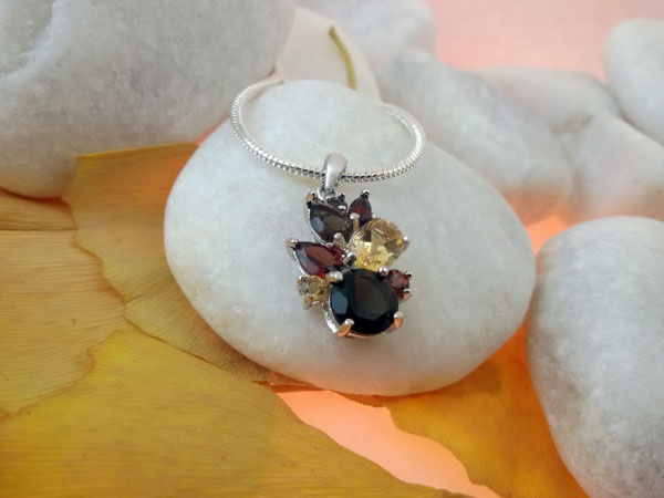 Awesome gemstones desing in Sterling silver pentant.. Foto 1