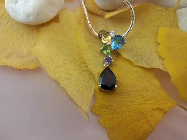 Blue and GoldenTopaz, Peridot, Amethyst and Garnet gemstones Sterling silver pendant.. Foto 1