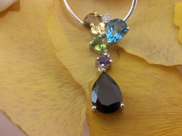 Blue and GoldenTopaz, Peridot, Amethyst and Garnet gemstones Sterling silver pendant.. Foto 2