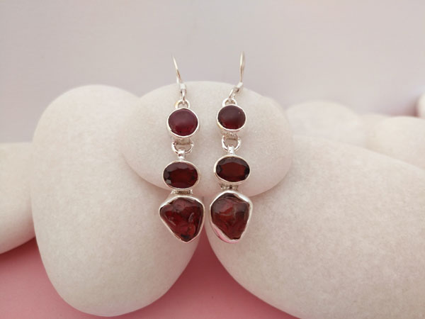 Ethnic earrings made of Sterling silver and garnets.. Foto 1