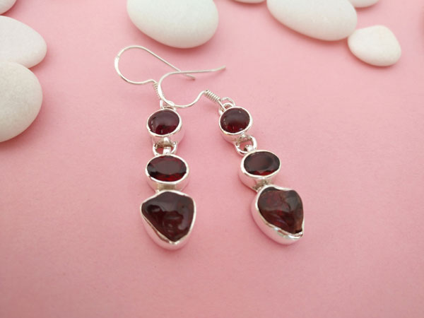 Ethnic earrings made of Sterling silver and garnets.. Foto 2