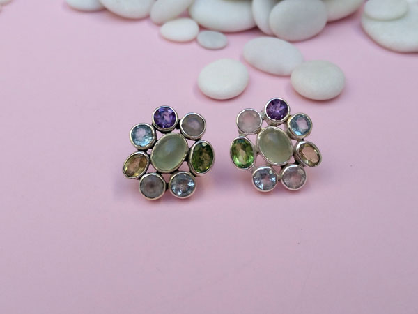 Ethnic Sterling silver earrings with eight different gems.. Foto 2