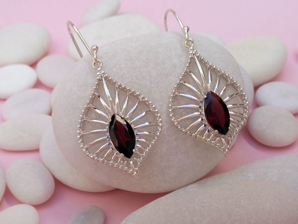 Ethnic earrings made of Sterling silver and faceted garnet gems.. Foto 3