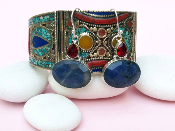 Ethnic silver earrings with Sodalite and faceted red crystal.. Foto 1