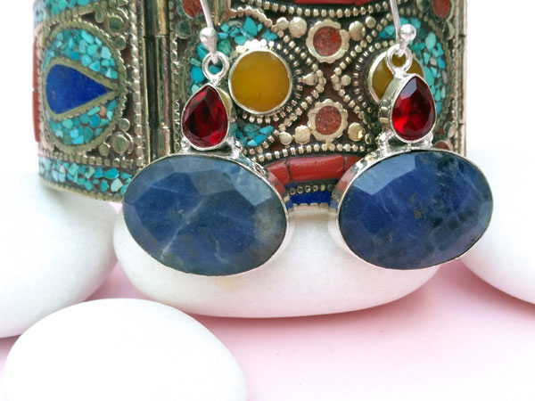 Ethnic silver earrings with Sodalite and faceted red crystal.. Foto 2