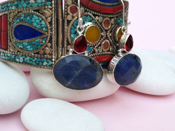 Ethnic silver earrings with Sodalite and faceted red crystal.. Foto 3