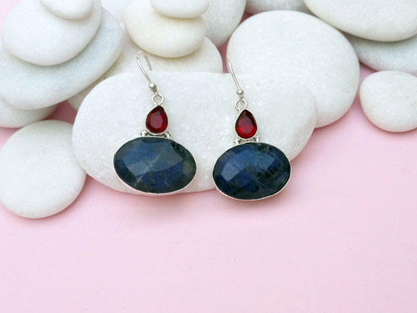 Ethnic silver earrings with Sodalite and faceted red crystal.. Foto 4