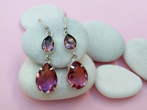Sterling silver ethnic earrings with rubelite tourmaline gems.. Foto 1