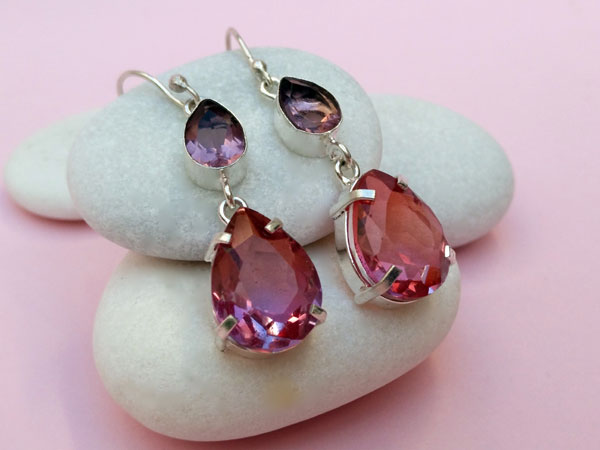 Sterling silver ethnic earrings with rubelite tourmaline gems.. Foto 3