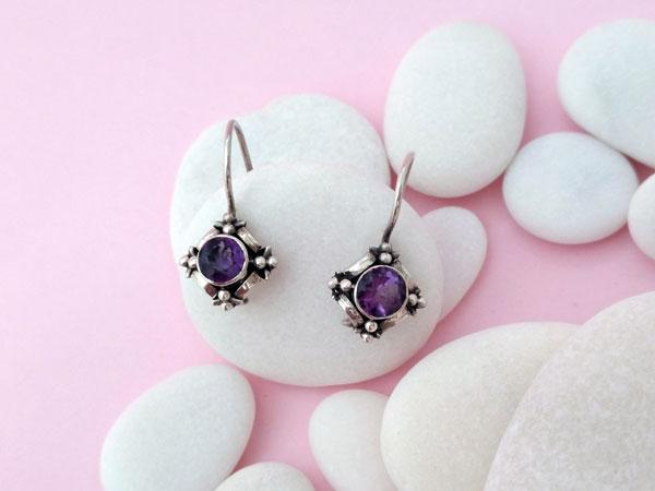 Pendientes artesanales de plata y gemas talladas de amatista.. Foto 1