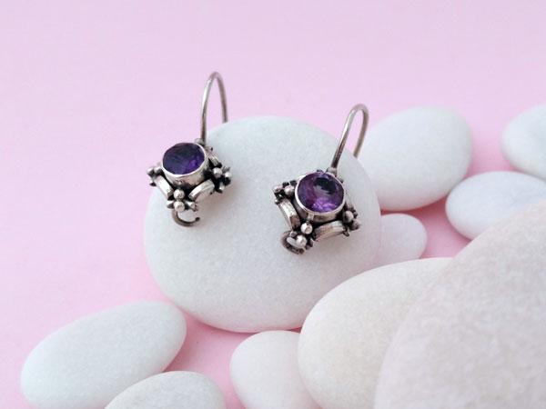 Pendientes artesanales de plata y gemas talladas de amatista.. Foto 2