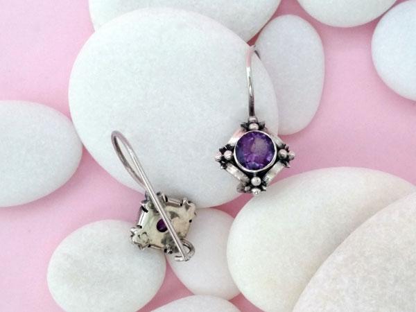 Pendientes artesanales de plata y gemas talladas de amatista.. Foto 3