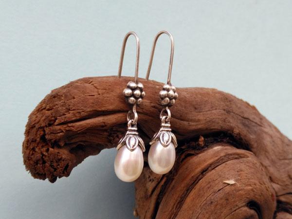 Pendientes etnicos tradicionales de plata y perlas.. Ref. NFG