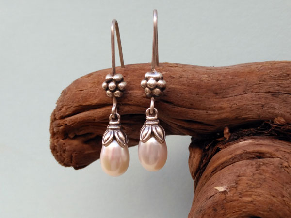 Traditional ethnic earrings made of silver and pearls.. Foto 2
