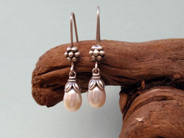 Pendientes etnicos tradicionales de plata y perlas.. Foto 2