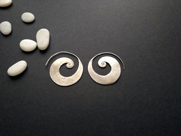 Handmade silversmith earrings made in Sterling silver.. Foto 1