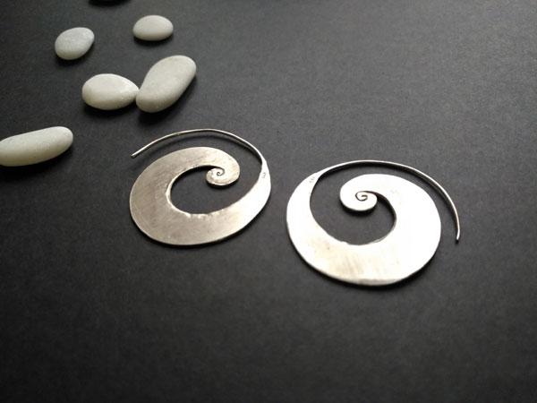Pendientes de orfebreria artesanal hechos en plata.. Foto 2