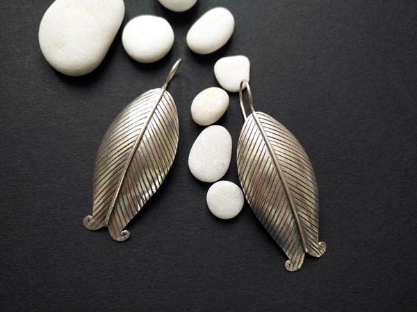 Pendientes de orfebreria artesanal hechos en plata.. Ref. NFK