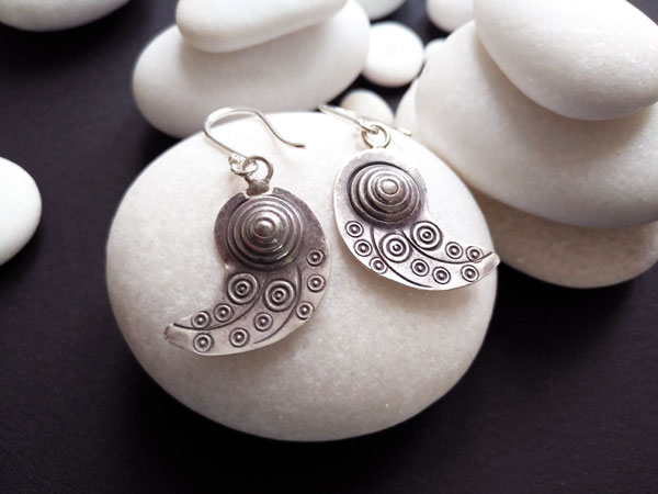 Pendientes etnicos de plata labrados artesanalmente.. Foto 1