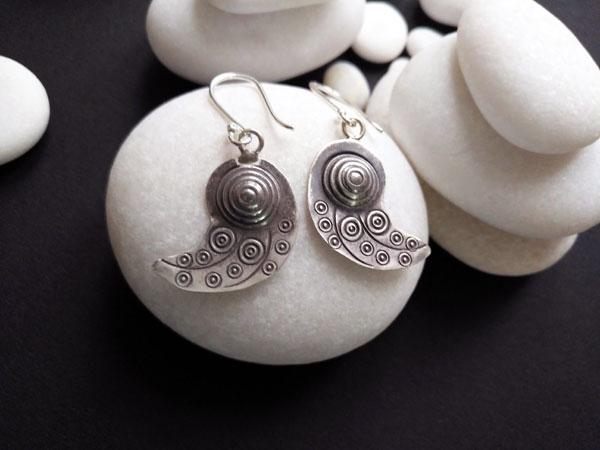 Pendientes etnicos de plata labrados artesanalmente.. Foto 2