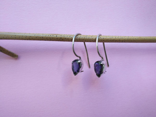 Delicate and elegant Sterling silver and blue sapphire ethnic earrings.. Foto 2