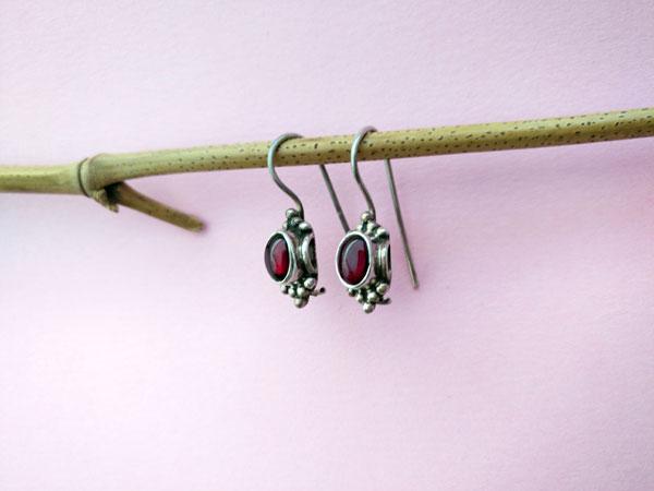 Pendientes etnicos artesanales de plata y granates.. Foto 2