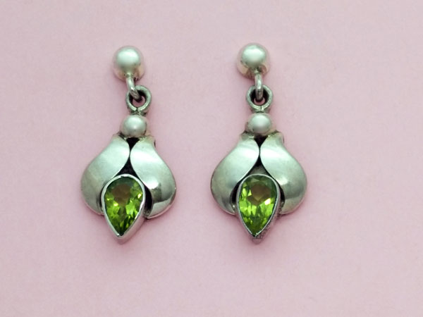 Ethnic Sterling silver earrings with faceted peridot gems.. Foto 1